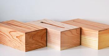 国産杉を国内の職人がひとつひとつ手作りする、新築祝いにぴったりの名入れティッシュボックス