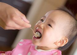 離乳食スプーンと幼児用スプーンは必ず使い分ける