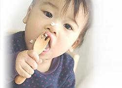 大人が思っているよりも赤ちゃんはスプーンを扱うのが上手ではない