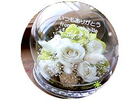 発光する白バラを利用したアレンジメント