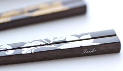 ゴールドorシルバーの葉っぱと花のイラストが美しい葉模様名入れ箸