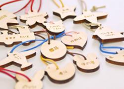選べる14種類がうれしい!みんなでおそろいで身に付けたくなるおしゃれな木製キーホルダーに名入れします