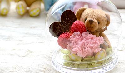 女性に人気の熊のぬいぐるみ入りのプリザーブドフラワー ドーム型