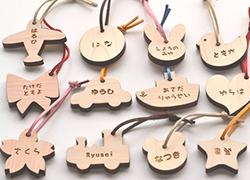 リコルドブランドの国産ヒノキ使用の名入れキーホルダー