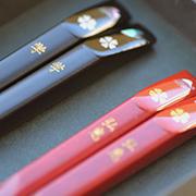 赤色と黒色の二色から選べる鮑貝細工の若狭塗箸