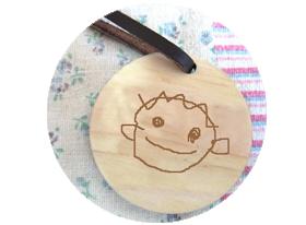 お子様自身で描かれたお子様のイラストが刻まれた丸型のイラスト入りキーホルダーの作成見本